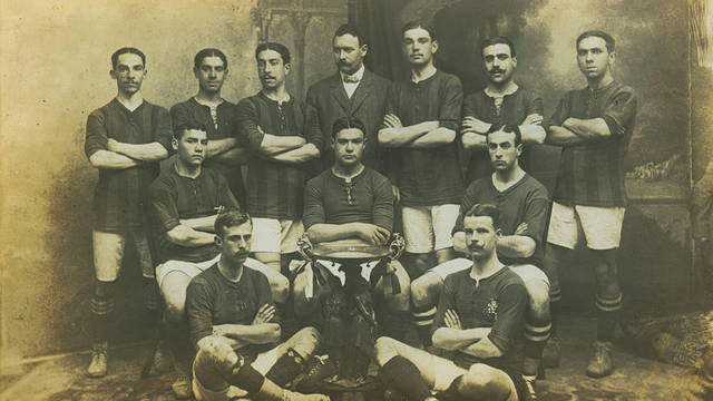 Team photo with the 1910 Pyrenees Cup trophy