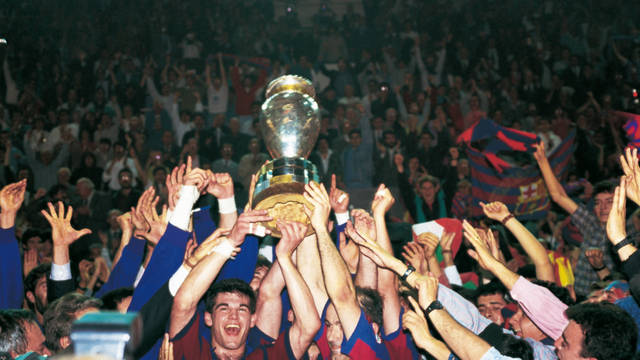 Photo of the players celebrating after winning the club's first Handball European Cup