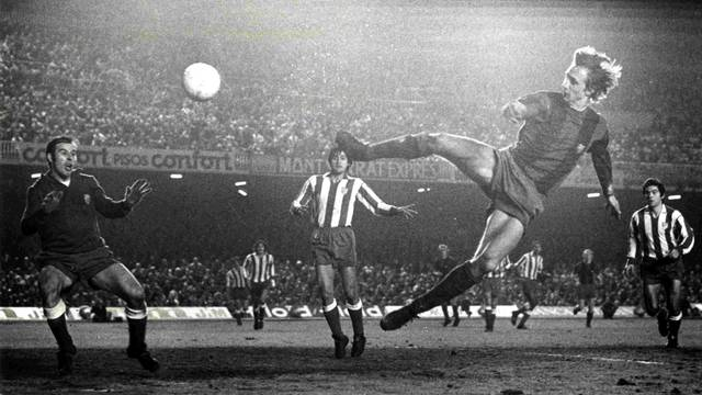 Spectacular photo of Cruyff in action
