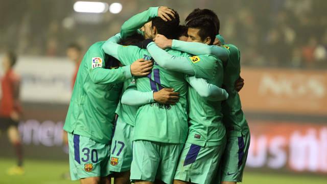 El equipo, celebrando un gol en Pamplona / FOTO: MIGUEL RUIZ-FCB