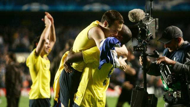 Eto'o hugs Iniesta after the final whistle at Stamford Bridge (2009). PHOTO: MIGUEL RUIZ-FCB.