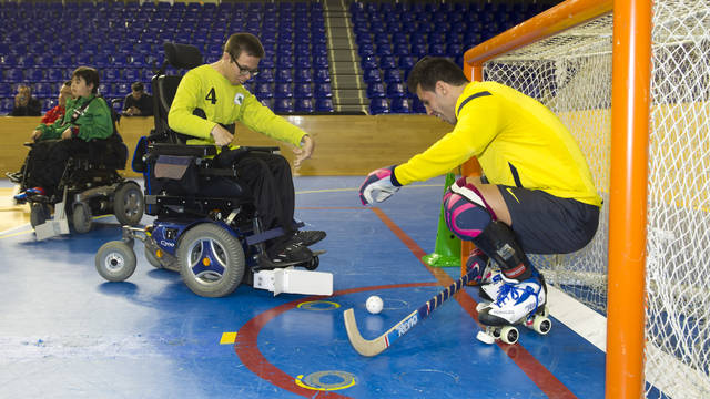 The Dracs de Guttmann held a joint training session with Barça's roller hockey team. PHOTO: ÀLEX CAPARRÓS / FCB
