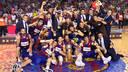 The team celebrating the 08/09 ACB title at the Palau / PHOTO: ARXIU FCB