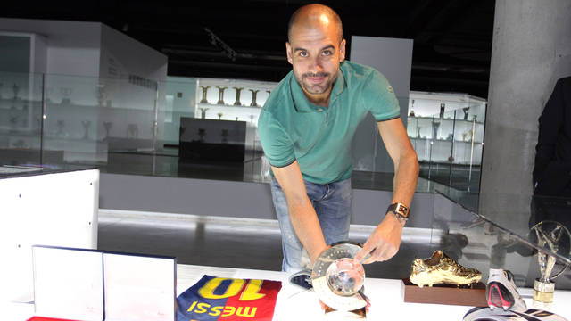 Guardiola bringing the trophy to the Museu / PHOTO: MIGUEL RUIZ - FCB