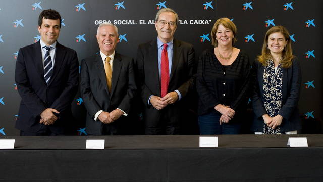 D'esquerra a  dreta, Josep Cortada (Fundaci FC Barcelona), Enrique Snchez (Fundaci Reial Madrid), Jaume Lanaspa (Obra Social &quot;la Caixa&quot;), Mara Angeles Siemens (ACNUR) i Paloma Escudero (Unicef), durant l'assignaci dels fons recaptats. FOTO: La Caixa
