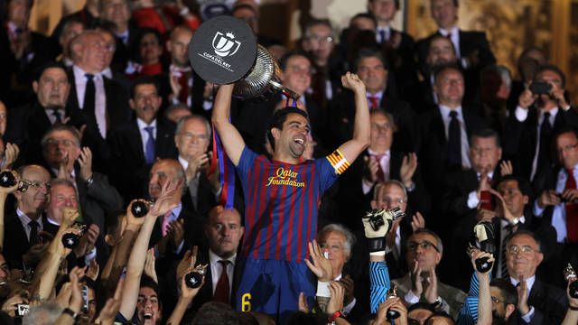 Xavi with the King's Cup at the Calderón / PHOTO: ARXIU FCB