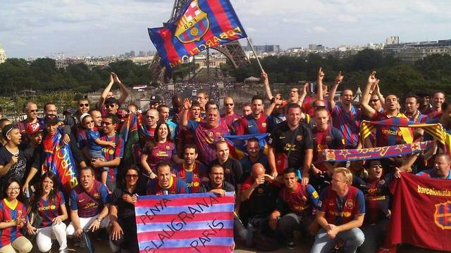 La Penya Blaugrana de Paris devant la Tour Eiffel / Photo PB Paris