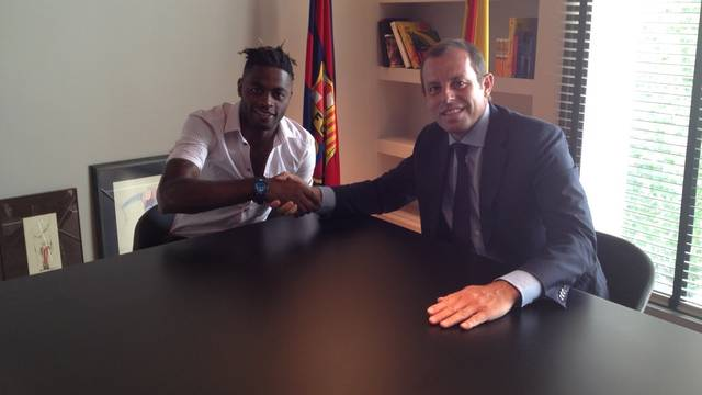 Alexandre Song and Sandro Rosell / PHOTO: FCB