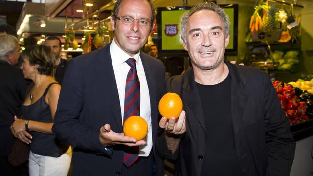 Rosell i Ferran Adrià amb una taronja a les mans durant la presentació del projecte