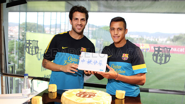 Cesc Fbregas i Alexis Snchez amb el tradicional Pasts de Lluna xins / FOTO: MIGUEL RUIZ