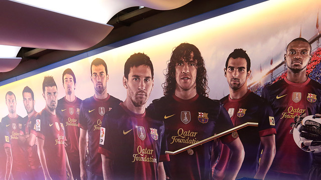 Players tunnel wall with the Barça players