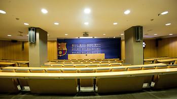 Vista frontal de la sala de premsa