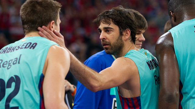 Navarro, congratulating Rabaseda during the semifinal. PHOTO: ACBMEDIA