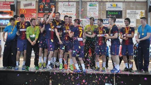 El juvenil celebrando el título / FOTO:Handbol Sant Vicenç dels Horts