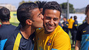 Rafinha congratulates his brother Thiago on his birthday / PHOTO: MIGUEL RUIZ – FCB