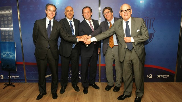 Javier Faus, Jibril Rajoub, Sandro Rosell, Alon Bar and Carles Vilarrubí, in a gesture of the desire for the Peace Match to become a reality. PHOTO: MARTA BECERRA-FCB.