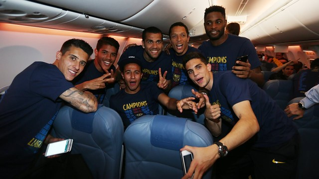 Players celebrate on the flight home / PHOTO: MIGUEL RUIZ - FCB