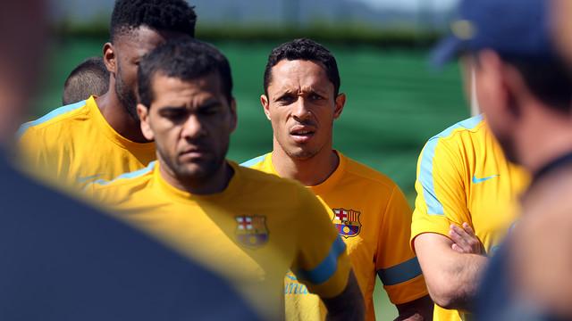 Alves y Adriano escuchan las explicaciones de Roura / FOTO: MIGUEL RUIZ — FCB