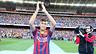 Neymar saluda a la gente del Camp Nou