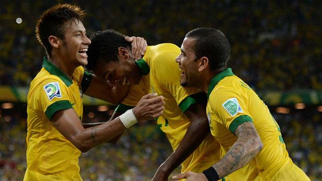 Neymar and Alves against Mexic. PHOTO: http://www.flickr.com/photos/neymaroficial