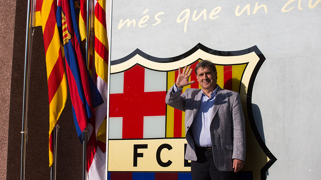 Gerardo Martino with the Club crest / PHOTO: GERMÁN PARGA-FCB