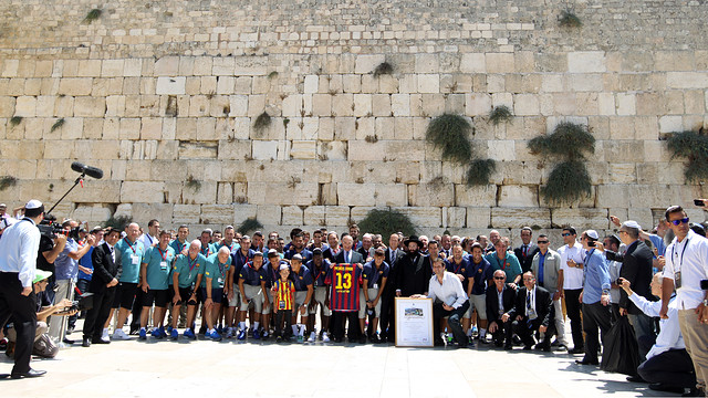 Team photo at the Wailing Wall / PHOTO: MIGUEL RUIZ - FCB