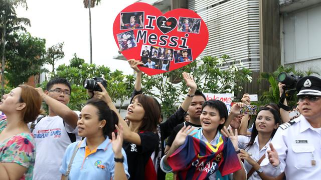 Els aficionats del Barça reben l'equip a Bangkok / FOTO: MIGUEL RUIZ - FCB