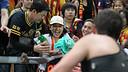 A fan watching the open doors training session in Bangkok / PHOTO: MIGUEL RUIZ - FCB