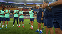 Tello is congratulated by his team-mates / PHOTO: MIGUEL RUIZ - FCB