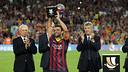 Xavi with the trophy / PHOTO: MIGUEL RUIZ-FCB