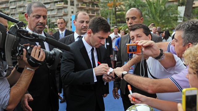 Leo Messi signs autographs on his way into the Grimaldi Forum in Monaco / PHOTO: MIGUEL RUIZ - FCB