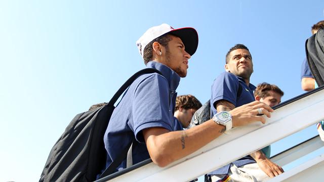 Neymar boarding the plane for Almeria / PHOTO: ARXIU FCB
