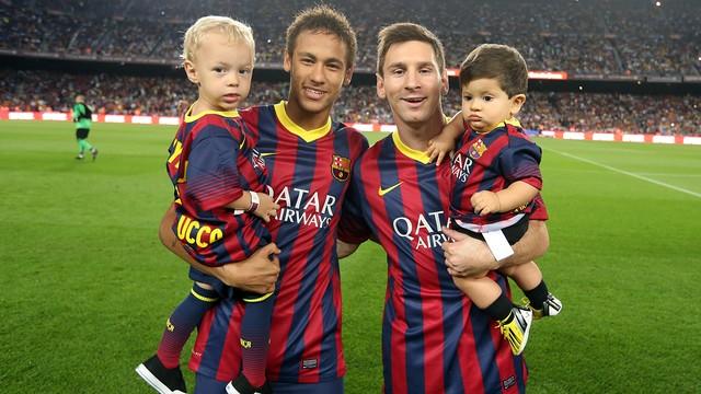 Neymar i Messi, amb els seus fills. FOTO: MIGUEL RUIZ - FCB