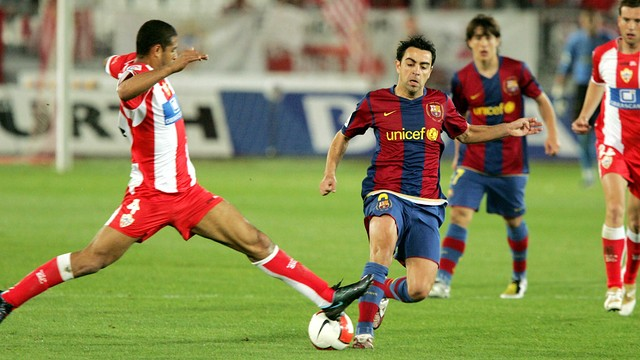 Xavi takes on Almeria in 2008. PHOTO: MIGUEL RUIZ-FCB.