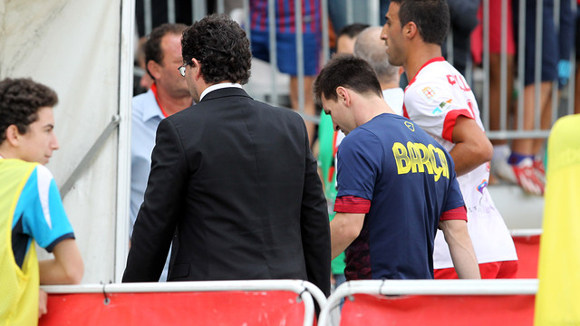 Leo Messi leaving the pitch with Dr Ricard Pruna / PHOTO: MIGUEL RUIZ - FCB