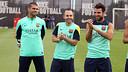 Iniesta, Cesc i la resta de la plantilla feliciten Valdés per la seva paternitat / FOTO: MIGUEL RUIZ-FCB