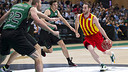 Marcelinho surrounded by FIATC Joventut players / PHOTO: VICTOR SALGADO - FCB