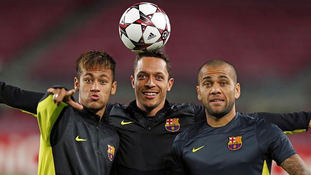 Neymar Jr, Adriano and Alves / PHOTO: MIGUEL RUIZ-FCB