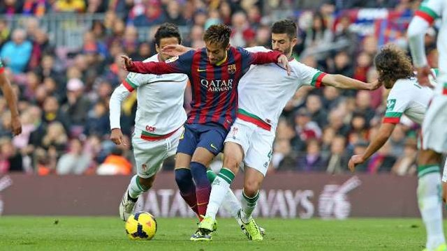 Neymar against Granada's players. FOTO: MIGUEL RUIZ - FCB