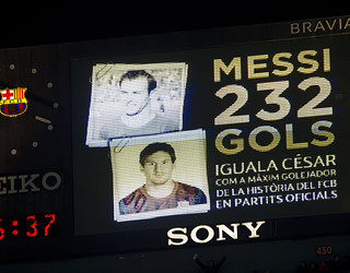 Imagen del marcador el dia que Messi igualó a César como máximo goleador de la historia del FC Barcelona en partidos oficiales