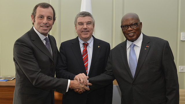 Joint handshake by Sandro Rosell, Thomas Bach and General Lassana Palenfo