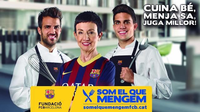 Carme Ruscalleda, Cesc Fàbregas i Marc Bartra amb la imatge gràfica de 'Som el que mengem' - www.somelquemengemfcb.cat