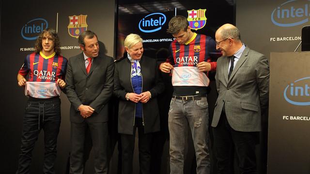 Carles Puyol, Sandro Rosell, Deborah Conrad, Gerard Piqué y Manel Arroyo, en la presentación del acuerdo con Intel