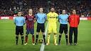Team captains before the match. PHOTO: MIGUEL RUIZ – FCB