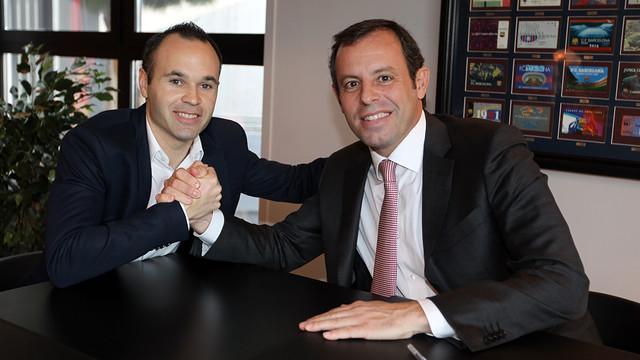 Encaixada de mans d'Andrés Iniesta i Sandro Rosell