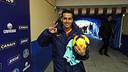 Pedro, amb la pilota del partit Getafe-Barça / FOTO: MIGUEL RUIZ - FCB