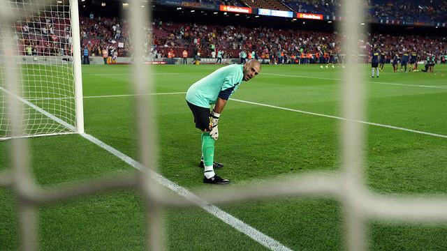 Valdés, mirant a càmara durant l'escalfament d'un partit