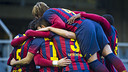 Pinya de l'equip per celebrar el primer gol de Planas / FOTO: VÍCTOR SALGADO - FCB