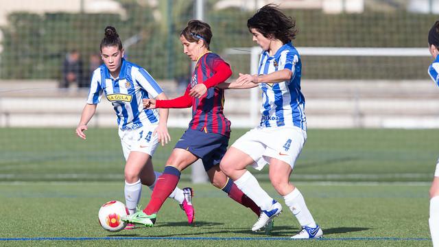 Sonia condueix la pilota entre dues jugadores basques / FOTO: GERMÁN PARGA - FCB