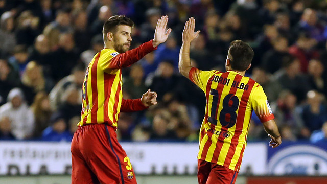 Piqué and Alba high five at the Ciutat de València